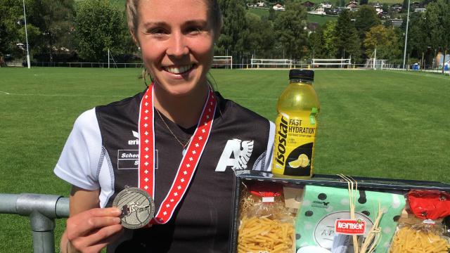 Selina Ummel mit ihrer Silbermedaille