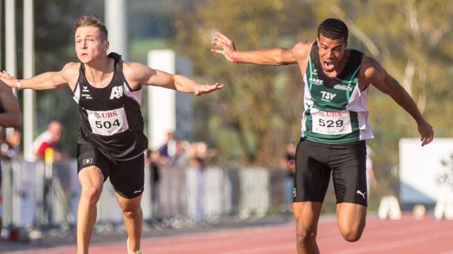 Lucien Kern und David Naki bei ihrem Zieleinwurf im 100m-Final